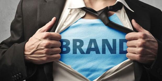 foto di uomo che apre la camicia come se fosse superman per mostrare il suo personal brand